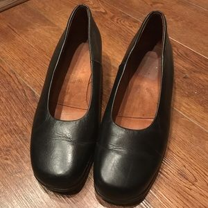 Kumis 11W black leather low heel shoe